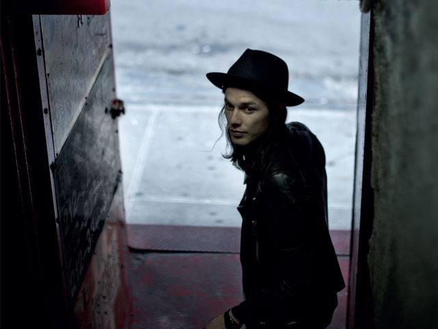"Le chanteur pop-folk James Bay fait des débuts remarqués avec ""Chaos And The Calm"""